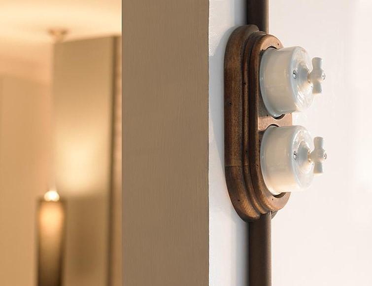 schaltersystem garby aus porzellan und holz zur aufputzmontage von replicata formsch ne. Black Bedroom Furniture Sets. Home Design Ideas